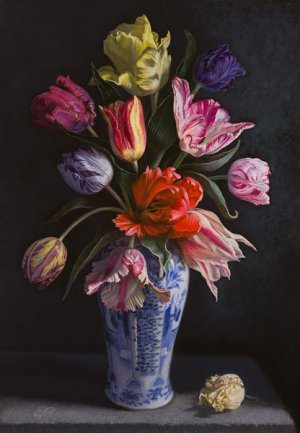 Tulpen in blauwe vaas