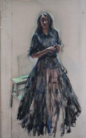 Vrouw in zwarte jurk